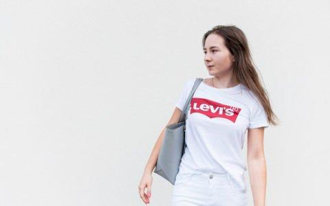 Białą koszulką, T-shirt Levi's - stylizacja na biało dla kobiet