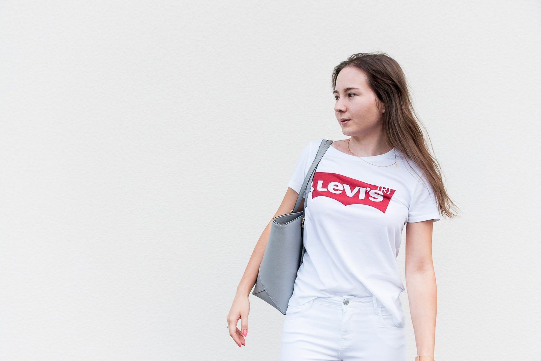 Stylizacja z białą koszulką, T-shirtem Levi's