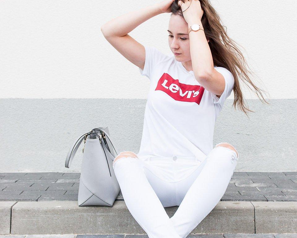 Stylizacja z T-shirtem Levi's, białą koszulka Levi's