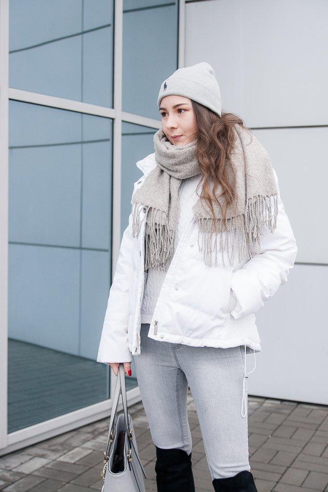 Stylizacja na zimę: look z białą kurtką i czarnymi kozakami