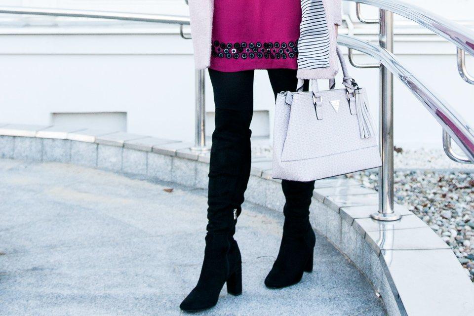 Zimowa stylizacja: torebka Guess, różowy płaszczyk Reserved, czarne kozaki Renee Shoes