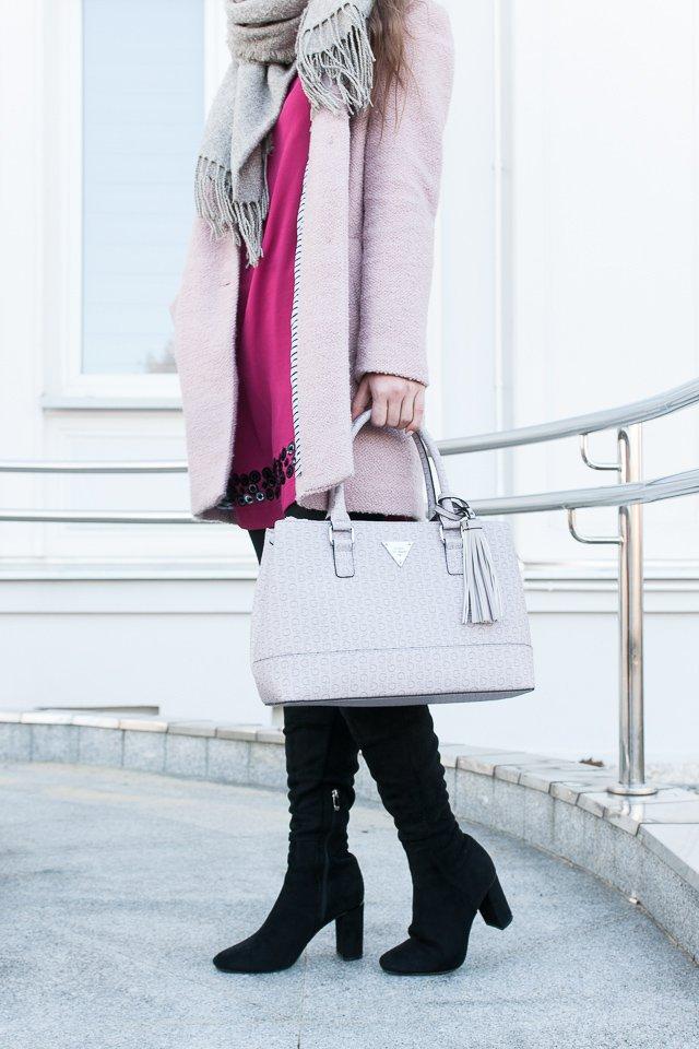 Stylizacja zimowa: różowy płaszcz, czarne kozaki Renee Shoes