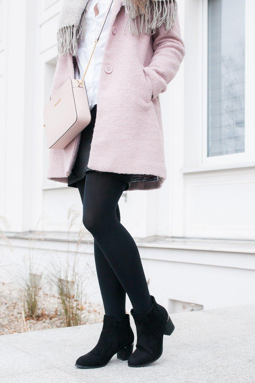 Casual winter look z różowym płaszczykiem, torebka Michael Kors Jet Set Travel, botki Renee Shoes