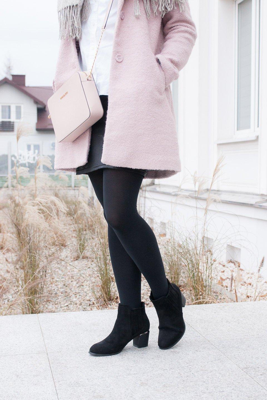 Casual winter look z różowym płaszczykiem, torebka Michael Kors Jet Set Travel