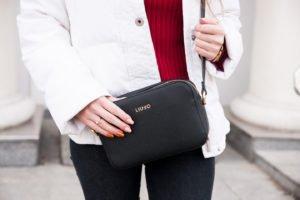 Stylizacja biała kurtka Calvin Klein, czerwony golf, czarna torebka Liu Jo
