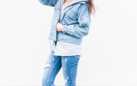Jeansy z dziurami: stylizacja z jeansową kurteczką i spodniami denim
