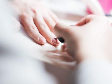 Paznokcie hybrydowe - przewodnik po popularnych hybrydach, manicure hybrydowym