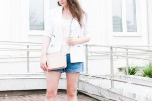 Letni kobiecy look na lato z marynarką białą i jeansowymi szortami NA-KD